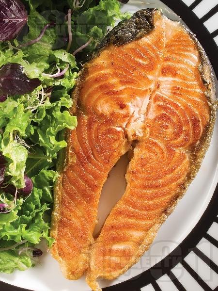 Печени котлети от сьомга на скара със зелена салата и кълнове (без мазнина) - снимка на рецептата